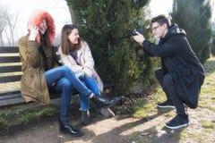 Молодой фотограф принимает фото девушки 2 Стоковое Фото