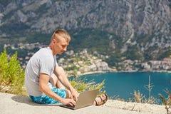 Молодой фрилансер используя компьтер-книжку Стоковые Изображения RF
