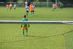 Молодой футбольный матч игры мальчиков Стоковое Изображение RF