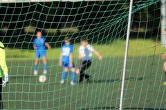 Молодой футбольный матч игры мальчиков Стоковая Фотография RF