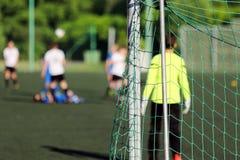 Молодой футбольный матч игры мальчиков Стоковые Фотографии RF