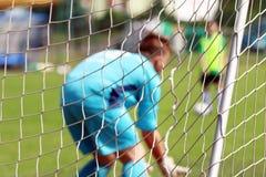 Молодой футбольный матч игры мальчиков Стоковое Изображение