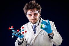 Молодой химик показывая вещи Стоковая Фотография
