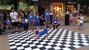 Молодой хмель бедра танцев улицы мальчика сток-видео