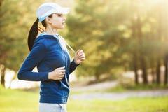 Молодой ход женщины фитнеса Стоковое Изображение RF