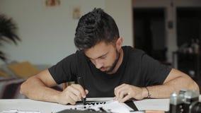 Молодой художник рисует в студии сток-видео