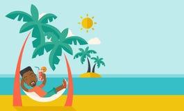 Молодой чернокожий человек на пляже th ослабляя и выпивая Стоковые Изображения