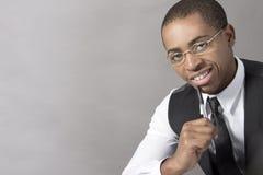 Молодой чернокожий человек усмехаясь и думая Стоковые Фото