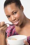 Молодой черный женский шар завтрака еды вне Стоковое фото RF