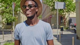 Молодой черный человек битника идет через город акции видеоматериалы
