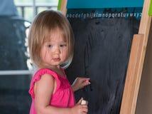 Молодой чертеж ребёнка на классн классном Стоковые Фотографии RF