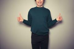 Молодой человек давая 2 большого пальца руки вверх Стоковая Фотография RF