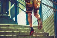 Молодой человек бежать вверх лестницы внешние в городе Стоковое Фото