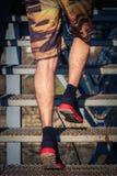 Молодой человек бежать вверх лестницы внешние Стоковая Фотография RF