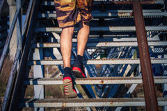 Молодой человек бежать вверх лестницы внешние Стоковое Изображение RF
