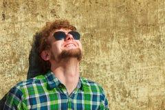 Молодой человек битника в солнечных очках смотря вверх внешний стоковые фотографии rf