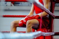 Молодой человек боксера в угле Стоковые Фото