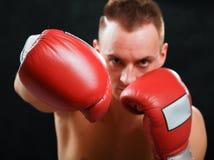 Молодой человек боксера изолированный на черной предпосылке Стоковые Фото
