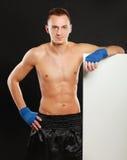 Молодой человек боксера стоя близко доска, изолированная дальше Стоковое фото RF