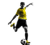 Молодой человек бразильского футболиста футбола пиная силуэт Стоковые Изображения