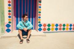 Молодой человек брюнет, нося в голубой рубашке, сандалии Стоковое Изображение