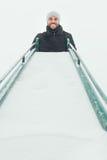 Молодой человек вверху скольжение в спортивной площадке Стоковые Фотографии RF