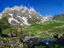 Молодой человек восхищает озеро горы Стоковые Фотографии RF