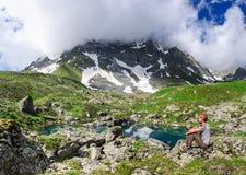 Молодой человек восхищает озеро горы Стоковая Фотография RF