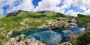 Молодой человек восхищает озеро горы Стоковые Изображения
