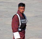 Молодой человек вызывался добровольцем как полиция общины на фестивале Wangdue Tshechu стоковые фото