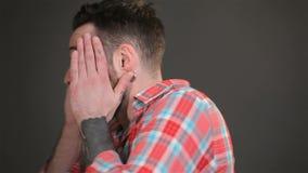Молодой человек выражает удар акции видеоматериалы