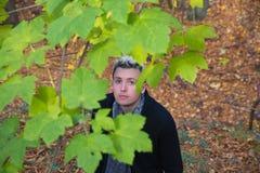 Молодой человек в ландшафте осени Стоковые Фотографии RF