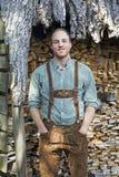 Молодой человек в баварских ледерхозенах перед швырком Стоковое Изображение