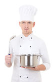 Молодой человек в кастрюльке и ложке шеф-повара равномерной держа изолированных дальше Стоковая Фотография