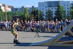 Молодой человек в коньках ролика шлема Стоковые Фото