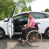 Молодой человек в кресло-коляске стоковое изображение rf