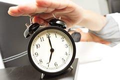 Молодой человек в кровати при маска сна останавливая будильник стоковое изображение