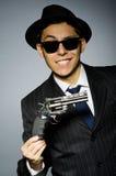 Молодой человек в классике striped костюм держа оружие Стоковое Изображение