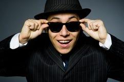 Молодой человек в классике striped костюм и шляпа Стоковая Фотография