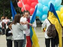 Молодой человек в национальном украинском костюме и украинский флаг в международном дне вышивок Стоковые Фото