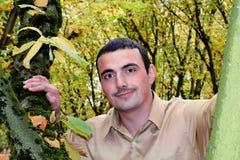 Молодой человек в окружающей среде падения стоковые фото