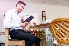 Молодой человек в офисе с книгой стоковое изображение rf