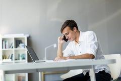 Молодой человек в офисе Стоковые Изображения RF