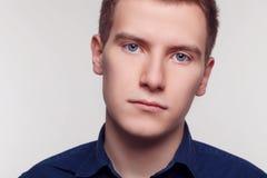 Молодой человек в официально одежде Стоковая Фотография