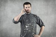 Молодой человек в одеждах деятельности говоря на телефоне стоковые фотографии rf