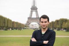 Молодой человек в Париже Стоковая Фотография RF