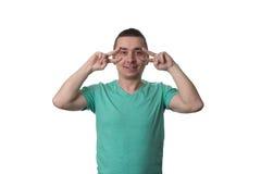 Молодой человек в показывать победу или знак мира Стоковое фото RF