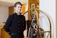 Молодой человек в равномерной сервировке в гостинице стоковые фотографии rf