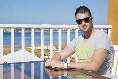 Молодой человек в ресторане моря ждать кельнера Стоковые Фото