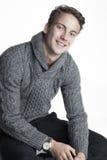 Молодой человек в свитере knit и улыбке стоковое изображение rf
